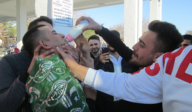 Asker biberonla süt içererek yola çıktı