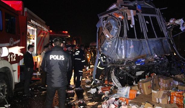 Kargo kamyonu ile otobüs çarpıştı; 2 ölü 26 yaralı