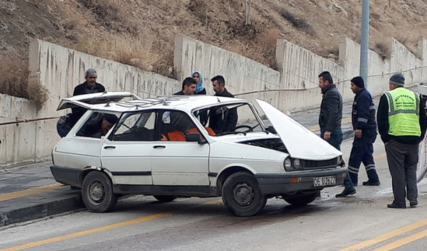 Başkentte iki otomobilin çarpıştığı kazada sürücüler yaralandı