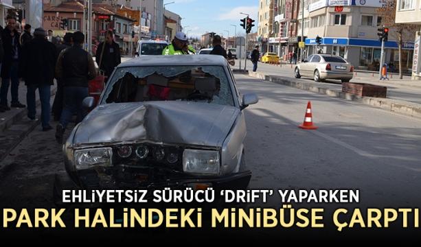 Ehliyetsiz sürücü 'drift' yaparken park halindeki minibüse çarptı
