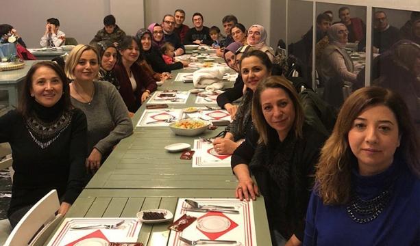 Öğretmenler yemekte  bir araya geldiler
