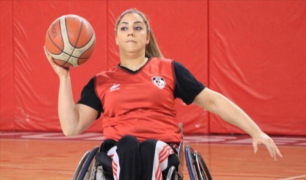 Engelli kadın basketbolcu hem salonda hem iş hayatında ter döküyor