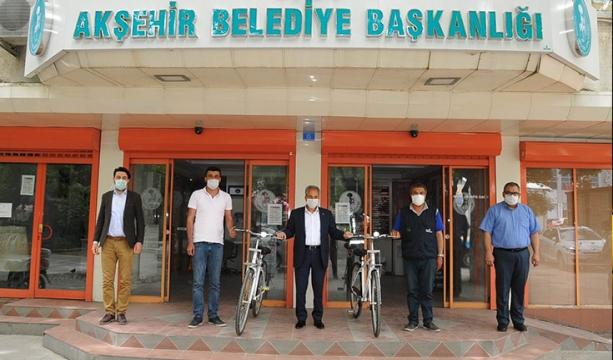 Bayramda kazandıkları bisikletlerini teslim aldılar