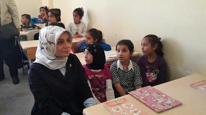 Leyla Şahin Usta mülteci çocuklarla ders dinledi