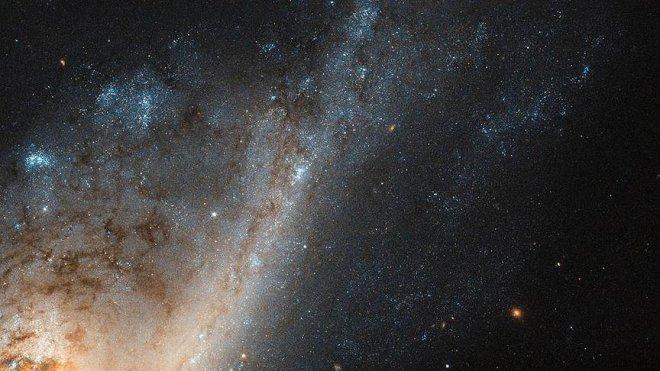 Hubble Başak Takımyıldızı'nda 'yıldız yağmuru galaksisi' keşfetti