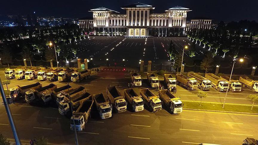 Külliye önüne park eden kamyonlar 15 Temmuz'u hatırlattı