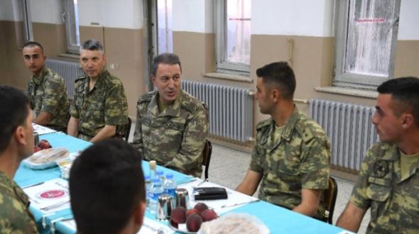 Hulusi Paşa Son iftarı sınırda asker ile birlikte yaptı