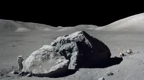 Ay tozlu çanta 1 milyon 800 bin dolara satıldı