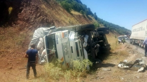 Saman yüklü kamyon ile otomobil çarpıştı: 4 yaralı