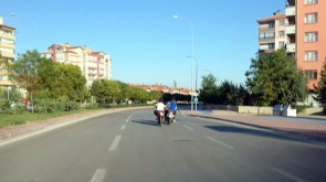 El ele tutuşarak 60 kilometre hız yapıp fotoğraf çekildiler #konyahaber