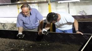 Elde ettiği solucan gübresiyle toprağın verimini arttırıyor #konyahaber