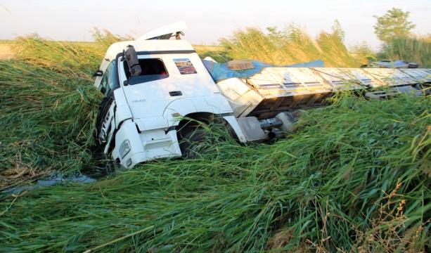 Sürücü uyudu tır kanala düştü: 1 yaralı #konyahaber