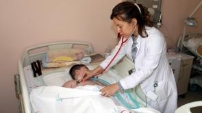Hastane personelinden minik Emir'e şefkat eli