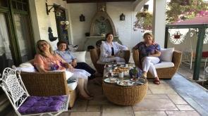 Meliha Uzman dostlarıyla birlikte