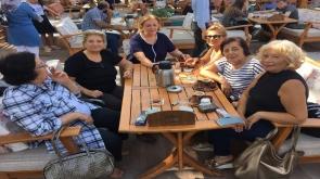 Fahriye Hanım dostlarıyla