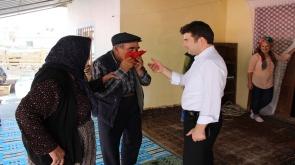 Eli bastonlu yaşlı adamın İstiklal Marşı duyarlılığı takdir topladı