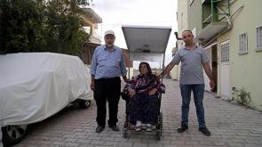 Yürüyemeyen eşine sandalye yaptı
