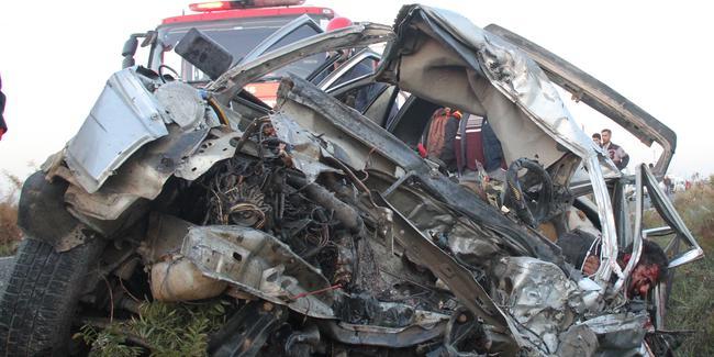 İşçileri taşıyan minibüs ile otomobil çarpıştı: 3 ölü, 17 yaralı