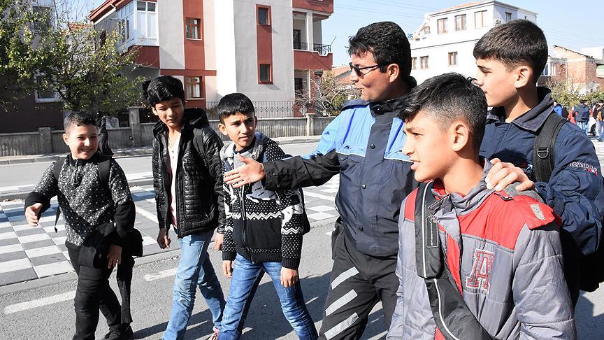 Polis Mesut'tan Suriyeli çocuklara şefkat eli