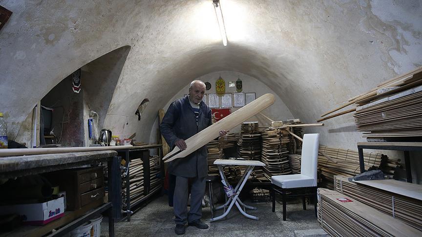 Altı asırlık dükkanda fırın küreği üretiyor