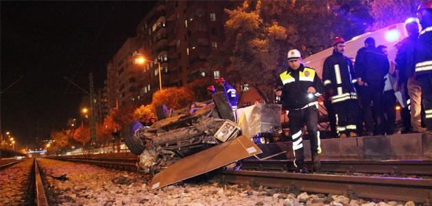 Konya Haber:  Konya'da otomobil tramvay yoluna devrildi: 2 yaralı
