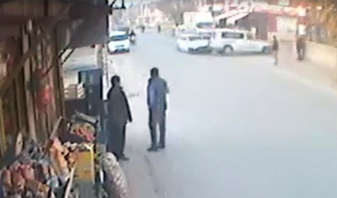 Konya Haber:  Konya'da kaldırımda bekleyen vatandaşlar ölümden kıl payı kurtuldu