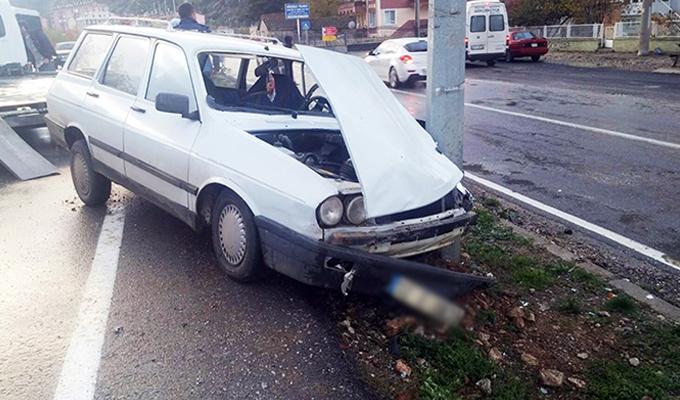 Yayaya çarpan otomobil, direğe çarparak durabildi.
