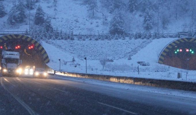 Ankara yolunda yoğun kar yağışı trafiği durdurdu!