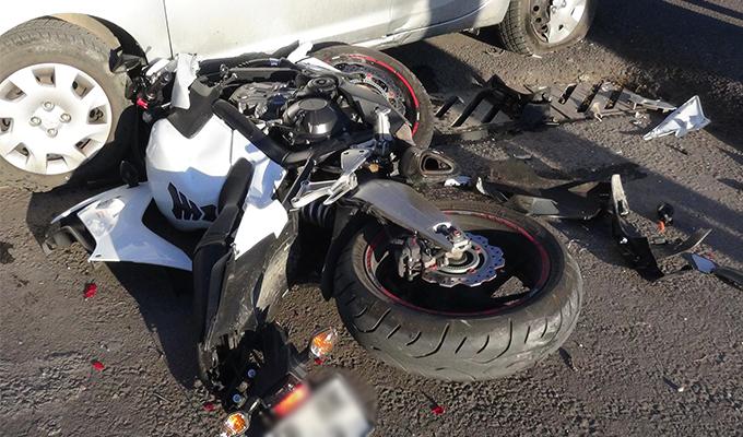 Aksaray'da otomobille çarpışan motosikletin sürücüsü ağır yaralandı