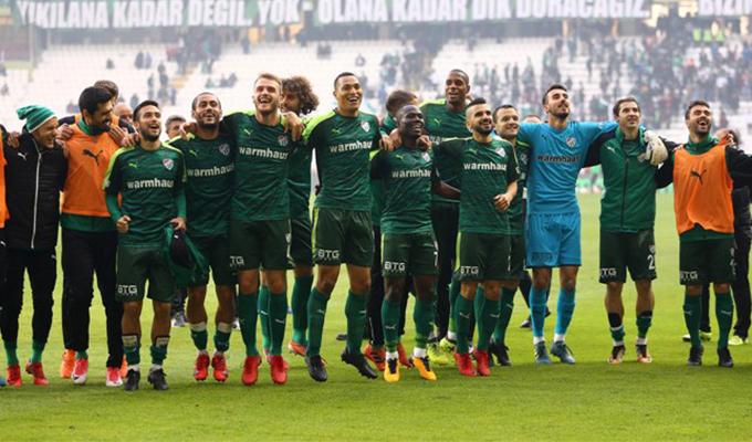 Bursasporlu futbolcular Konyaspor galibiyetin sevincini yaşıyor