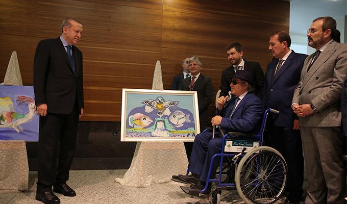 Cumhurbaşkanı Erdoğan, görme engelli ressamın sergisini gezdi
