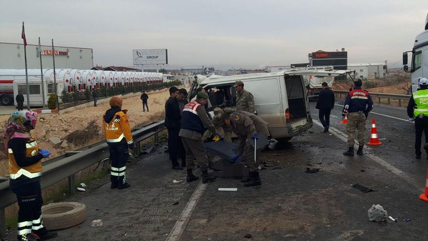Gaziantep'te kamyonet ile minibüs çarpıştı: 5 ölü