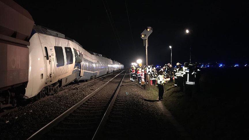 Almanya'da yük treni ile yolcu treni çarpıştı: 50 yaralı