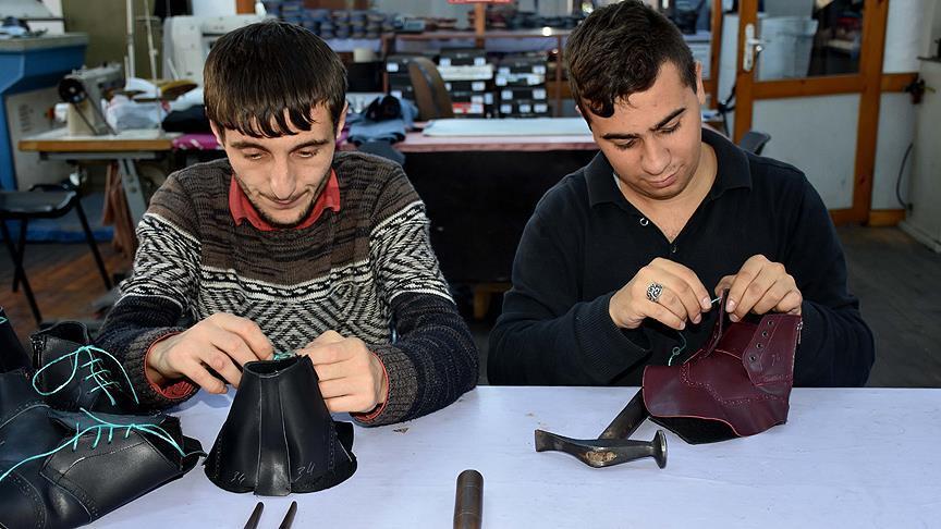 Engelliler ayakkabı üreterek sosyal hayata katılıyor