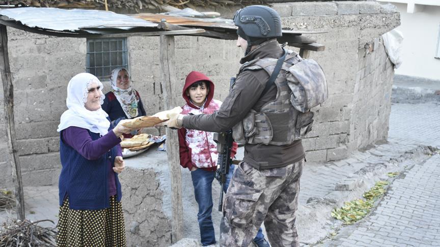 Diyarbakırlı kadınlardan polislere sıcak ekmek ikramı