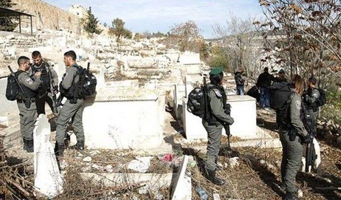 Katil İsrail terör estiriyor... Tarihi Müslüman mezarlığına baskın!