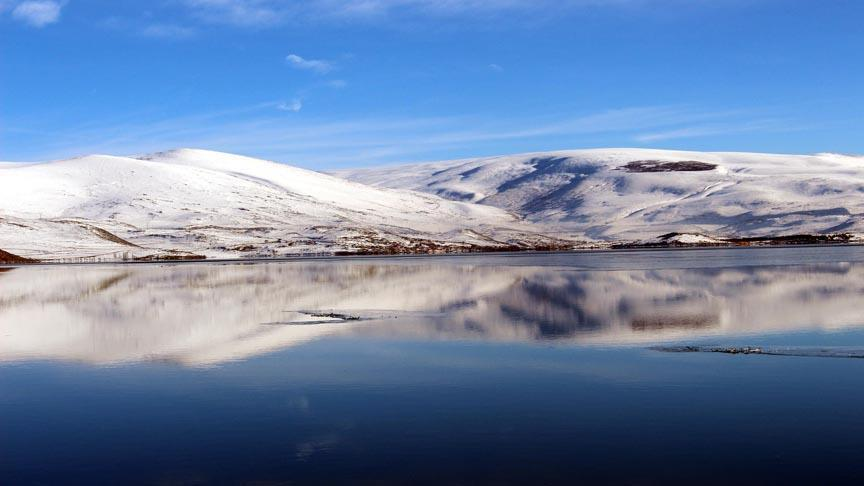 Buzla kaplanan Çıldır Gölü büyülüyor