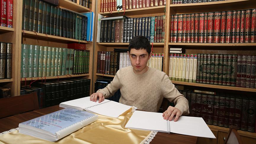 Arapça ders kitabını Braille alfabesine çevirdi
