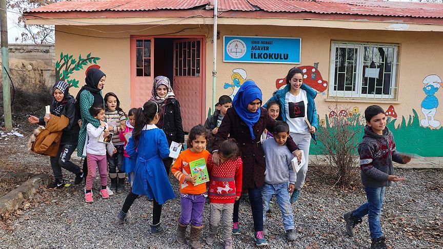 Üniversiteli kızlar köy çocukları için yollarda