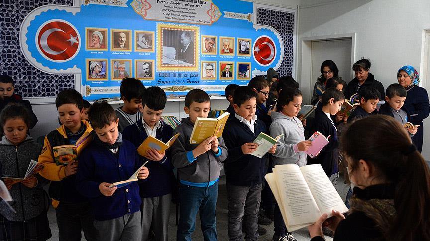 Veli ve öğrencileri okulda buluşturan proje 'Koridor Kütüphanesi'