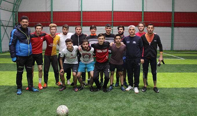 Başkan Gün, öğrencilerle halı saha maçı yaptı