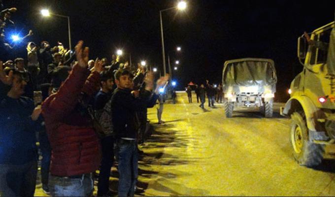 Türk halkından Mehmetçik'e sevgi gösterisi! Askeri konvoy geçerken...