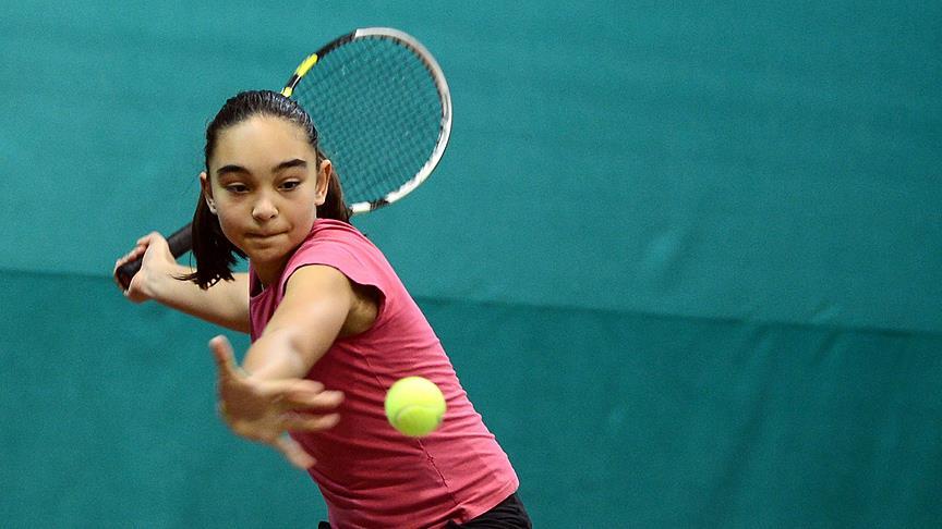 Genç tenisçiden tekler zaferi