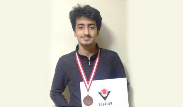 Nesibe Aydın'lı öğrenci Talip Akalın, Bilim olimpiyatında 3. oldu.