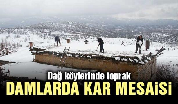Dağ köylerinde toprak damlarda kar mesaisi