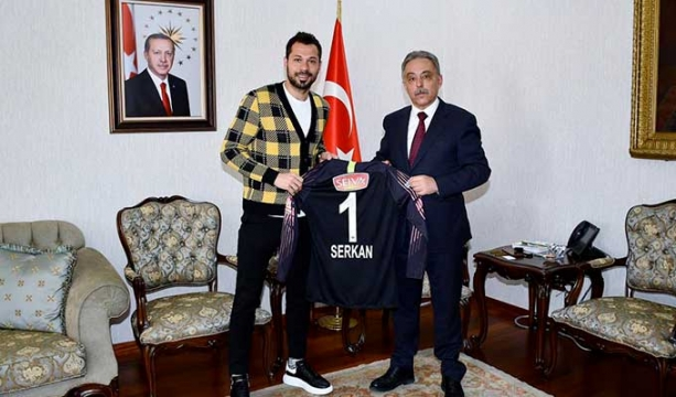 Serkan'dan Vali Toprak'a forma hediyesi