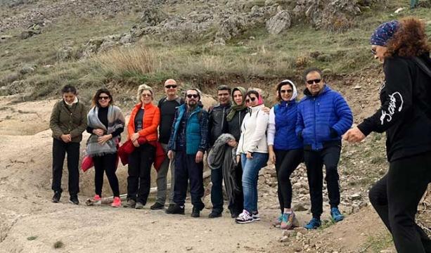Kadınlar dağ yürüyüşünde