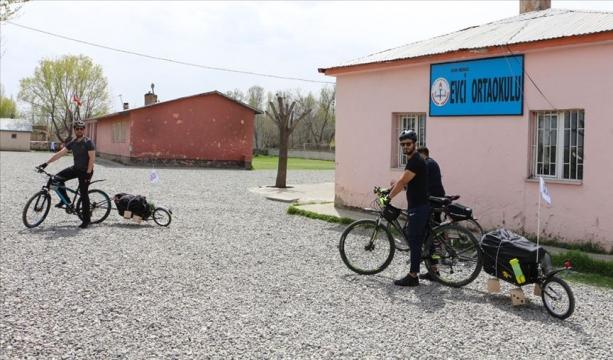 Bisikletle köy köy gezerek yetenekli çocukları keşfediyorlar