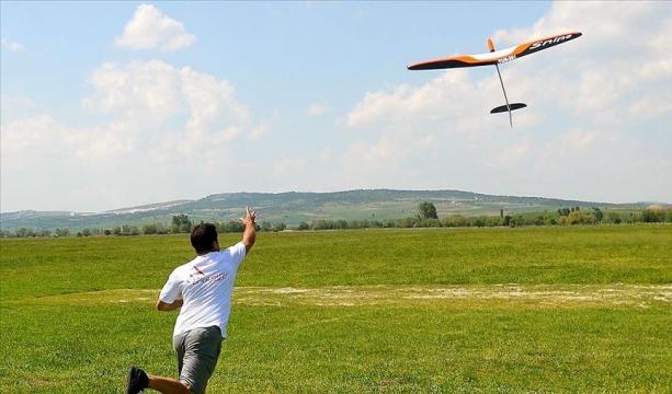 Model uçaklar gökyüzünü renklendirdi